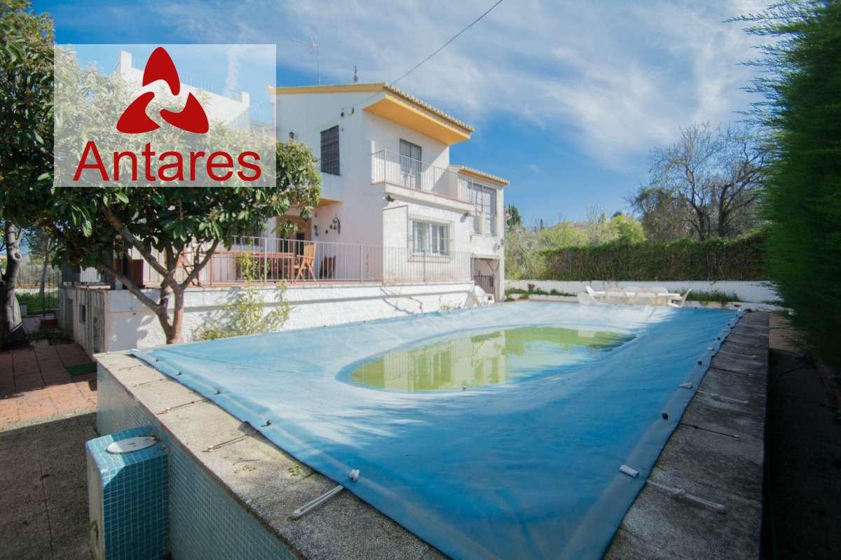 Bonita casa en parcela de 870 m2 con piscina, jardín y huerto propios