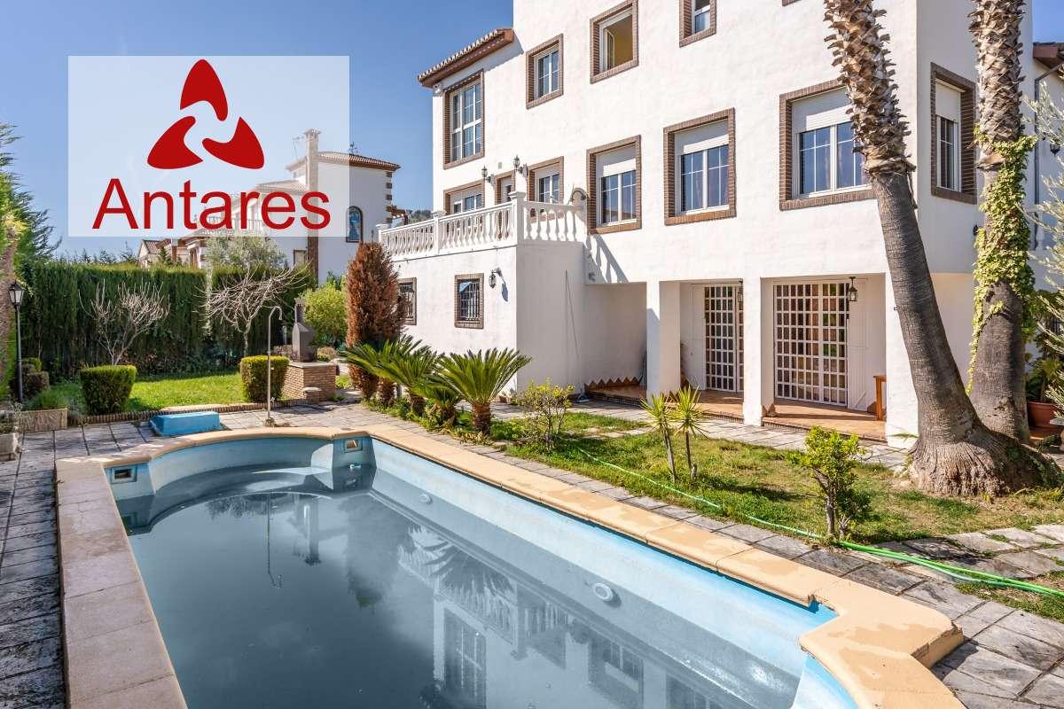 Fantástico chalet con piscina y jardin situado en Urbanización Monte Elvira
